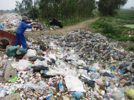 Dân khốn đốn vì bãi rác sông Nghèn