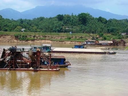 Khai thác cát sỏi trên sông Lô gây sạt lở nghiêm trọng