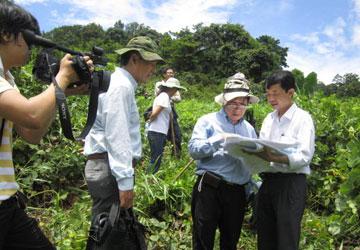 Các nhà khoa học khảo sát vị trí dự kiến xây dựng hai thuỷ điện Đồng Nai 6 và 6A (Ảnh: Pháp luật TP.HCM)