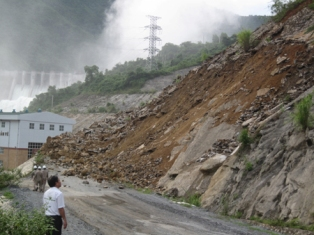 Nghệ An: Mưa lớn gây sạt lở khu vực thuỷ điện Bản Vẽ