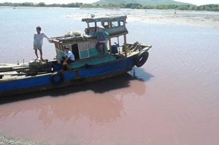 Nước kênh Ngũ Hành đỏ ngầu vì ô nhiễm