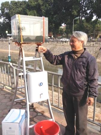 PGS.TS. Trần Hồng Côn giới thiệu mẫu nước sau khi đã được lọc sạch.
