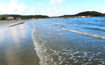 Bãi biển Cô Tô sạch đẹp hơn nhờ công tác thu gom, xử lý rác thải đạt hiệu quả tốt.