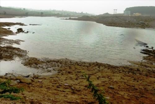 Dòng sông Ba cạn kiệt và ô nhiễm (Ảnh: Nhật Anh)