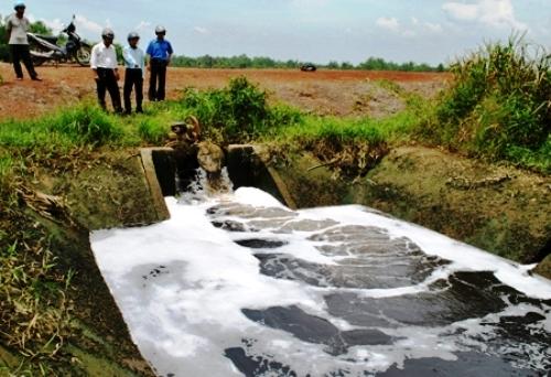 Lực lượng C49 bắt quả tang Công ty Cổ phần Sonadezi Long Thành xả thải ra môi trường không qua xử lý ngày 3/8/2011 (Ảnh: Dân Trí)
