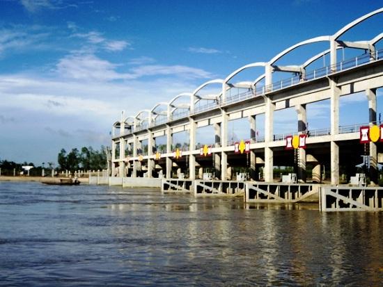 Cống đập Ba Lai (Bến Tre) có tác dụng ngăn mặn, thau chua rửa phèn, cải tạo đất tự nhiên phía thượng nguồn