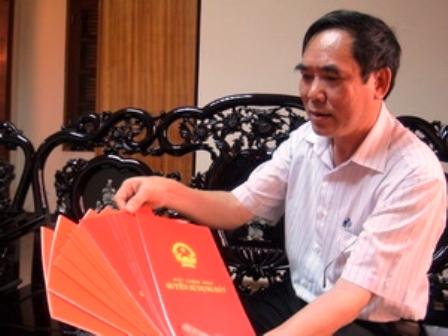 Ông Thành mang 11 sổ đỏ của Vườn Quốc gia Phong Nha-Kẻ Bàng về báo cáo Ủy ban Nhân dân tỉnh Quảng Bình (Ảnh: Mạnh Thành/VietnamPlus)