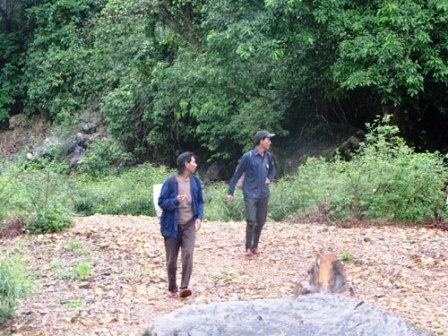 Hai người dân ở vùng Phong Nha từ rừng trở về