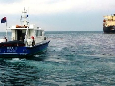 Singapore cử 10 tàu xử lý sự cố tràn dầu ngoài khơi