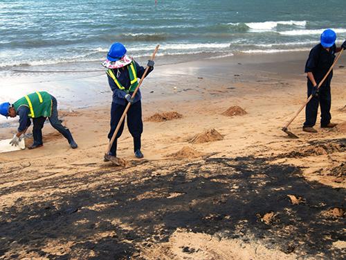 Khắc phục sự cố dầu loang ở Quy Nhơn