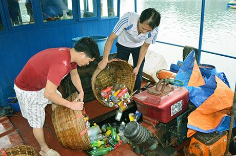 Nhân viên đội Ba Hang - Hoa Cương tập kết rác lên thuyền đưa về đất liền.