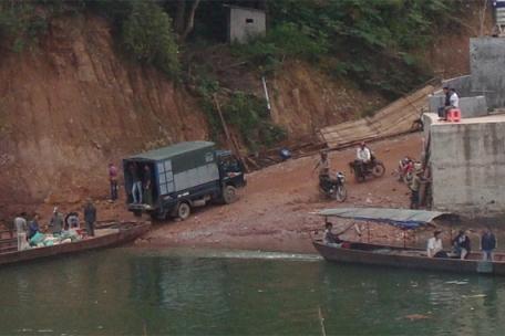 Những kẻ buôn lậu vận chuyển hàng hóa từ xe tải xuống thuyền (Ảnh: WCS Việt Nam)