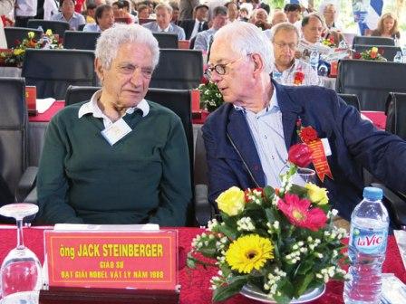 Giáo sư Jack Steinberger đang trao đổi với giáo sư Sheldon Lee Glashow (giải Nobel Vật lý 1979)