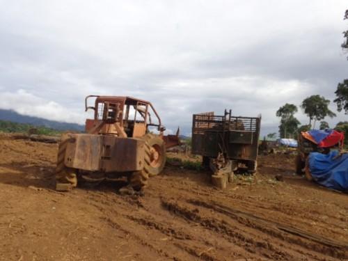 Những cỗ máy này là công cụ san phẳng cánh rừng (Ảnh: Hùng Võ/Vietnam+)