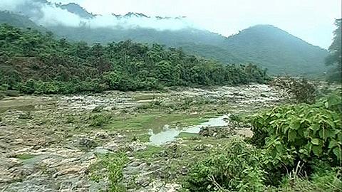 Sông Đak My lộ trơ đáy (Ảnh: Hoài Nam/VOV Online)