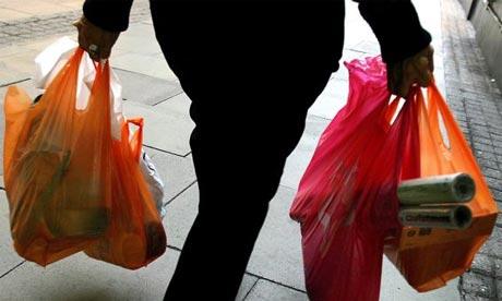 Dùng túi nilon phải trả thêm tiền (Ảnh: Internet/Pháp luật Việt Nam)