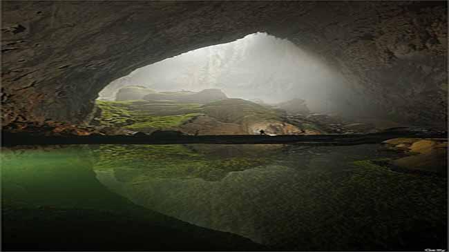 Con người bé nhỏ bên trong hồ nước của hang động