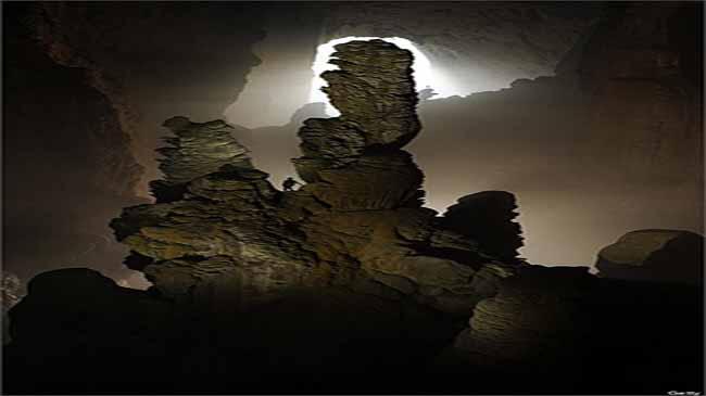 Nhũ đã khổng lồ so với con người bên trong hang động