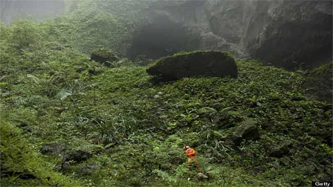 Con người bé nhỏ bên trong hang động