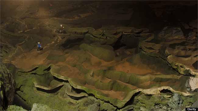 Những lớp nhũ đá bên trong hang động