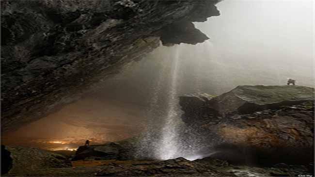 Con người vô cùng bé nhỏ bên trong hang động