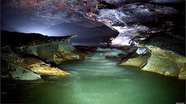 Dòng sông ngầm chảy trong hang động