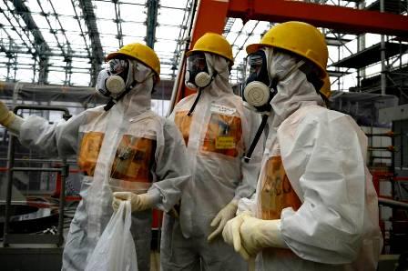 Các chuyên gia hạt nhân đang kiểm tra taị nhà máy Fukushima 1 (Ảnh: japantimes.co.jp)