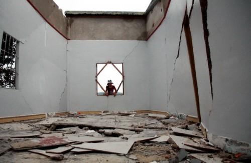 Một ngôi nhà mới xây bị hư hại vì hiện tượng nứt đất (Ảnh: Nguyễn Dũng/TTXVN)