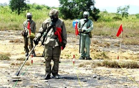 Lực lượng của Đoàn công binh đang rà phá bom, mìn tại khu vực sân bay Đà Nẵng (Ảnh: Đ.Xuân/Sài Gòn Giải Phóng)