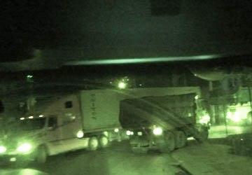 """Xe """"hổ vồ"""" trắng chở than từ bãi trung chuyển than lậu kho G9 - Mông Dương ra các bãi than chui khu vực cầu 20 vào rạng sáng 11/10  (Ảnh: Trọng Phú/Sài Gòn Giải Phóng)"""