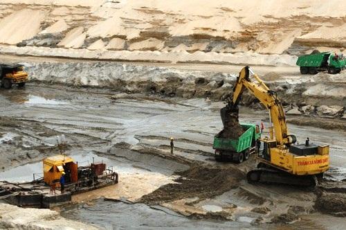 Trên khai trường bóc đất tầng phủ Mỏ sắt Thạch Khê (Ảnh: vinacomin.vn)
