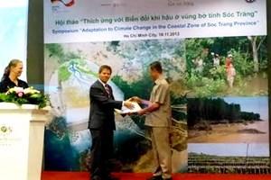 Bàn giao sách Hướng dẫn quản lý bờ biển (Ảnh: GIZ/VietnamPlus)