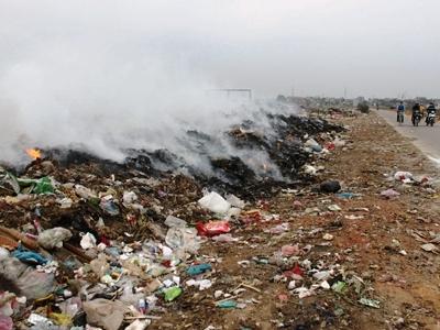 Bãi rác cạnh thị trấn Chúc Sơn, huyện Chương Mỹ, Hà Nội đang âm ỉ cháy (Ảnh: Tiền Phong)