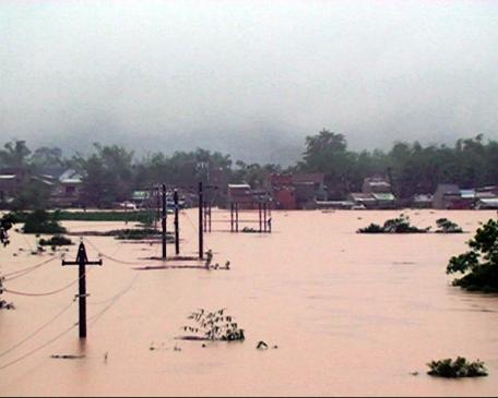 Nước lũ nhấn chìm đường sá, nhà dân tại huyện Nông Sơn, Quảng Nam (Ảnh: Nguyễn Sơn/TTXVN)