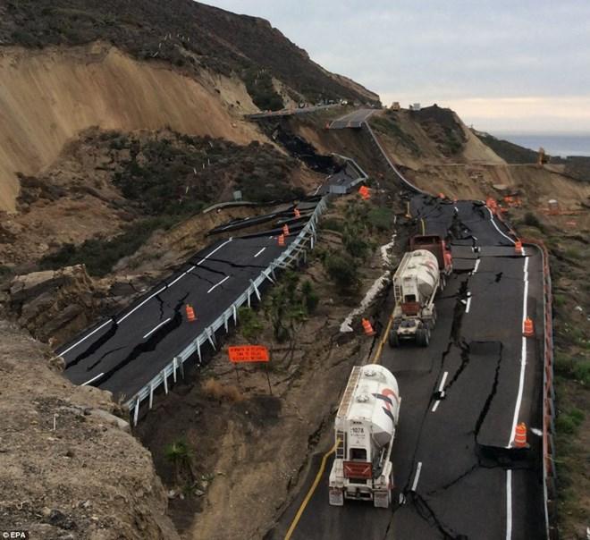 """Đường cao tốc ở Mexico """"vỡ vụn"""" do ảnh hưởng động đất"""