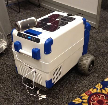 Chiếc hộp làm lạnh từ năng lượng mặt trời (Ảnh: Chinhphu.vn)