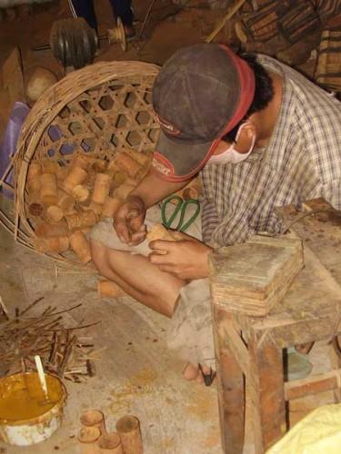Chế tác các sản phẩm từ cây quế (Ảnh: Công Xuân/Dân Việt)