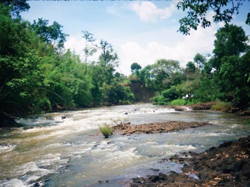 Ở cao nguyên, một dòng chảy có lúc là sông, lúc là thác, là ghềnh, là vực (Ảnh: Nguyễn Hàng Tĩnh/Sài Gòn Tiếp Thị)
