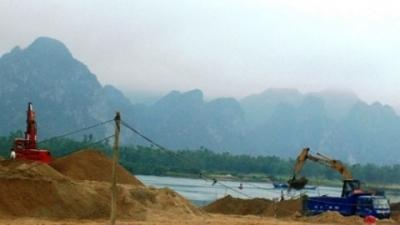 Bát nháo tình trạng khai thác cát, sỏi trên sông Gianh