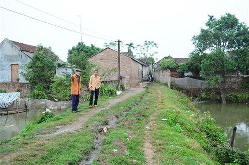 Người dân tố cáo ngõ nhà ông Tiến dài chưa đầy 20m được BQL thôn Phù Yên bôi ra 6 hạng mục để chi thiếu minh bạch gần 100 triệu đồng