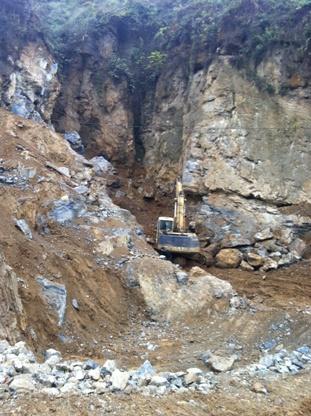 Máy xúc đang khai thác quặng Sulfur (Ảnh: Pháp luật Việt Nam)
