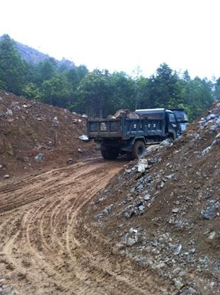 Xe tải chạy nội bộ trong bãi khai thác quặng lậu (Ảnh: Pháp luật Việt Nam)