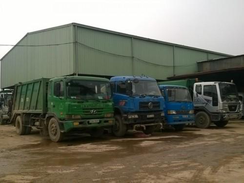 """Việc cấm xe chuyên dùng Hooklift ngừng chở rác sẽ khiến hàng chục """"con trâu sắt"""" này thành sắt vụn (Ảnh: Hùng Võ/VietnamPlus)"""