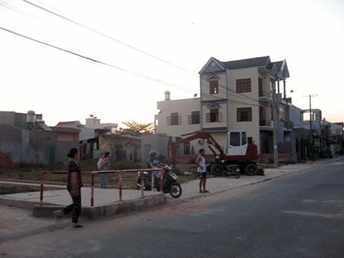 Người dân sinh sống quanh khu vực sân bay Biên Hòa khá đông đúc (Ảnh: nld.com.vn)