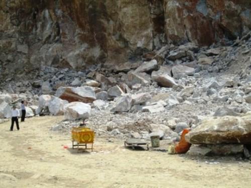 Một vụ sập mỏ đá xảy ra ở huyện Đông Sơn, tỉnh Thanh Hóa làm 3 người chết vào tháng 6-2013 (Ảnh: nld.com.vn)