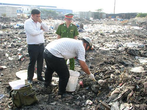 Lực lượng chức năng lấy mẫu chất thải để kiểm nghiệm (Ảnh: Như Phú/nld.com.vn)