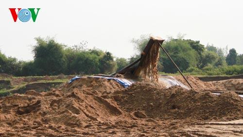 Máy hút cát từ lòng sông (Ảnh: VOV)