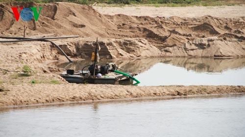 """Các máy hút cát ngang nhiên hoạt động mà không bị cơ quan chức năng """"hỏi thăm"""" (Ảnh: VOV Online)"""