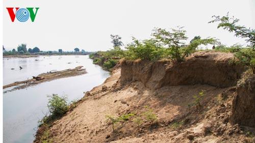 Một đoạn sông bị sạt lở (Ảnh: VOV Online)