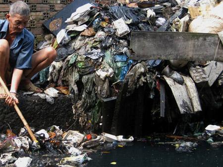 Bãi biển ngập rác ở xã đảo Vạn Thạnh, huyện Vạn Ninh, Khánh Hòa (Ảnh: Dân Việt)